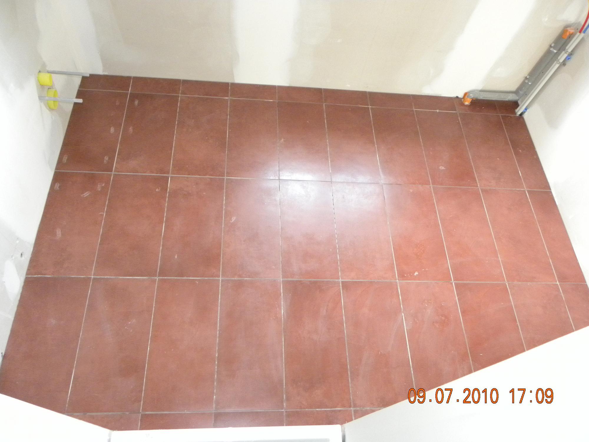 Carrelage couleur bordeaux dans la salle de bains for Couleur de carrelage salle de bain